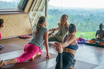 Йога для женщин с элементами вумфит