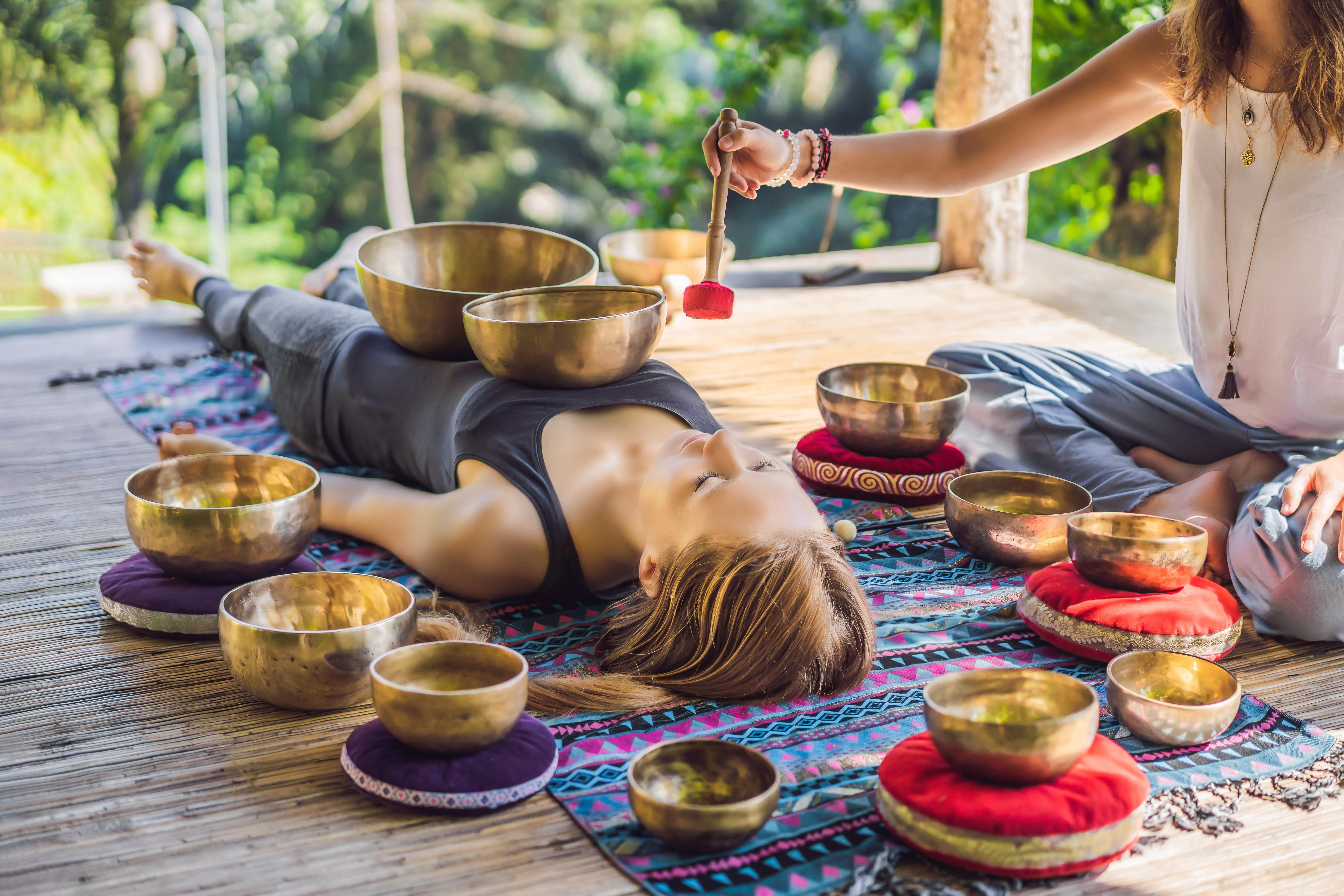 Сессии с тибетскими поющими чашами»